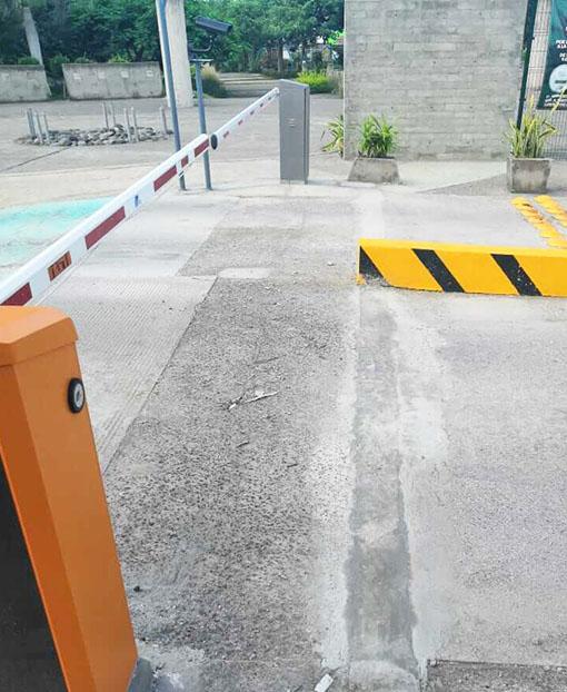 Entrada y salida barrera automática